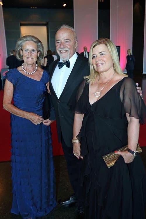 Hilde Schwab, links, und Schriftsteller Paulo Coelho mit Ehefrau Christina Oiticica. (Bild: Philipp Schmidli / Neue LZ)