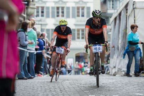 Velokurier machen Platz für die Spitzenläufer. (Bild: Dominik Wunderli / Neue LZ)