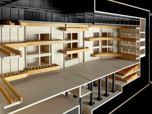 Modell grosse Bühne: Flachbodenanordnung mit kreativer Nutzung von Balkonen und Wandfenstern. (Bild: Visualisierung PD)