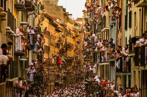 Spektakel in Pamplona: Tausende verfolgen die Stierkämpfe von ihrern Balkonen aus. (Bild: AP / Andres Kudacki)