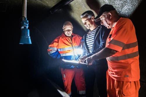 Oswin Wicki, David Cathomas und Walter Scheuber betrachten den Plan der Kanalisation. (Bild: Boris Bürgisser (Neue LZ))