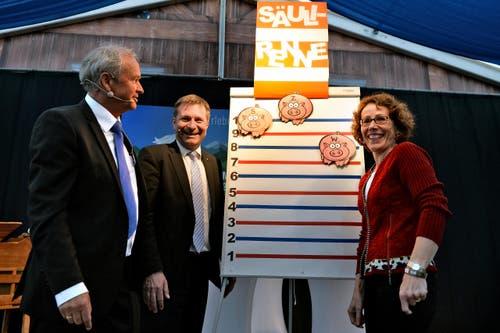 «Säuli-Quiz» an der Luga mit den Regierungsratskandidaten Paul Winiker (SVP, neu), Marcel Schwerzmann (parteilos, bisher) und Felicitas Zopfi (SP, neu) (Bild: Nadia Schärli / Neue LZ)