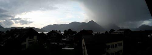 Eindrückliche Wetterstimmung in Beckenried (Bild: Regula Aeppli)