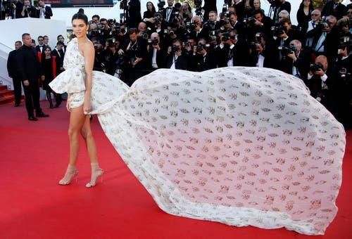 Das Model Kendall Jenner weht über den roten Teppich. (Bild: EPA/Sebastian Nogier)