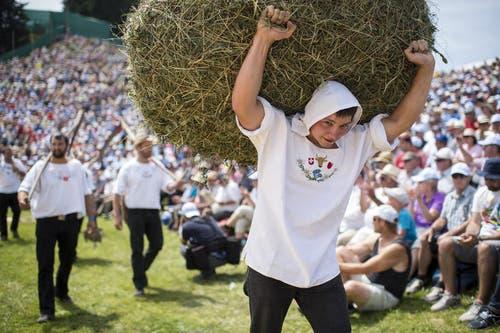 Der tradtionelle Alpaufzug inklusive «Burditräger» zählt ebenso zum Rigischwing- und Älplerfest. (Bild: Keystone / Ennio Leanza)