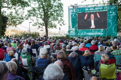 Zahlreiche Zuschauer verfolgen das Eröffnungskonzert via Live-Übertragung am Inseli. (Bild: Patrick Hürlimann)