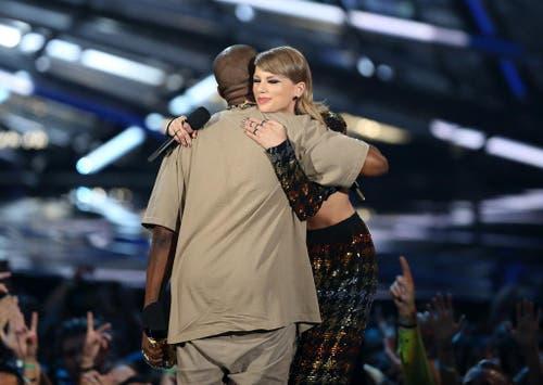 Versöhnen sich nach ihrem Streit: Kanye West war vor sechs Jahren bei den MTV Video Music Awards unangenehmen aufgefallen, weil er Taylor Swift das Mikro weggerissen hatte und sagte, statt ihr hätte eigentlich Beyonce den Preis für das beste Video verdient. (Bild: AP / Matt Sayles)