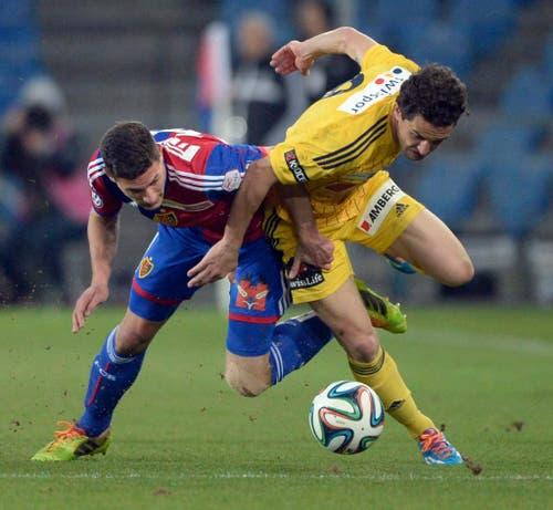 Basels Spieler Fabian Schär, links, im Spiel gegen den Luzerner Dimitar Rangelov (Bild: Keystone)