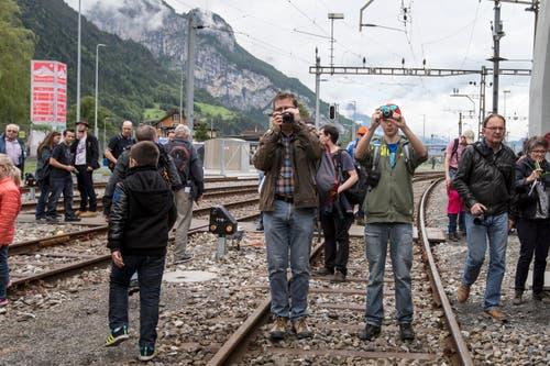 Die Bahnfans wissen: Der historische Tag will dokumentiert sein. (Bild: Alexandra Wey / Keystone)