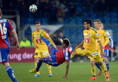 Basel Spieler Geoffroy Serey Die, Mitte, im Spiel gegen den Luzerner Dario Lezcano (Bild: Keystone)