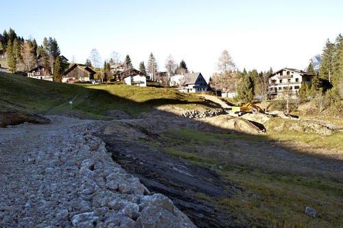 16. November: Die Arbeiten an der neuen Stoosbahn ruhen. Die Baupiste, Zufahrtsstrasse und der Installationsplatz (rechts) wurden bereits teilweise erstellt. (Bild: Erhard Gick / Neue SZ)