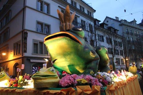Der Zunft-Frosch geht dem Umzug durch die Altstadt voraus. (Bild: Stefanie Nopper / luzernerzeitung.ch)