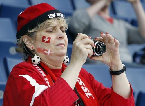 Ein Fan verfolgt das Spiel. (Bild: Keystone)