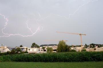 Dieses Bild entstand am Dienstag, 06.08.2013, als das Abendgewitter über Baar hinwegfegte und all seine Energie über der Baarburg entlud. (Bild: Leserreporter Peach Weber)