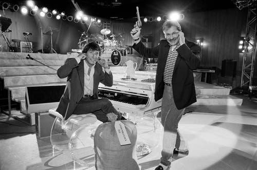 Udo Jürgens hält sich die Ohren zu, während Pepe Lienhard den Startschuss zur «Geradeaus-Tournee 1992» gibt. (Bild: Keystone / Walter Bieri)