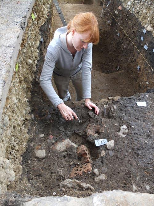 Archäologin und Grabungsleiterin Angela Bucher präsentiert die Funde. (Bild: Kantonsarchäologie Luzern)