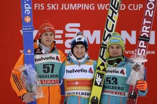 Der Pole Kamil Stoch gewann das zweite Springen in Engelberg, vor dem Deutschen Andreas Wellinger (links) und dem Polen Jan Ziobro (links). (Bild: Keystone)