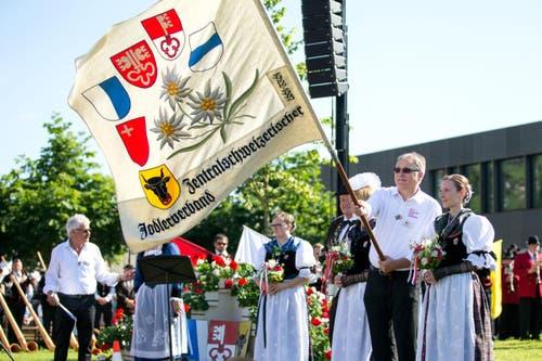 Fahnenübergabe beim Festakt am Zentralschweizer Jodlerfest. (Bild: Philipp Schmidli)