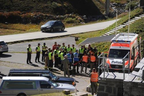 Einsatzkräfte der Polizei und der Armee besprechen die Lage vor Ort. (Bild: Urs Hanhart)