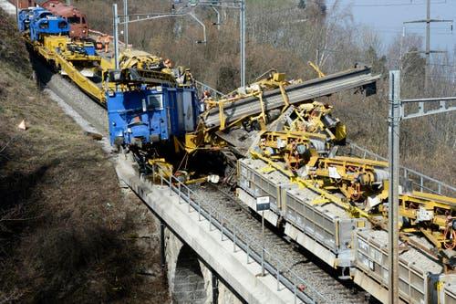 18. März: Tragisches Unglück zwischen Immensee und Arth Goldau: Beim Zusammenstoss zweier Züge wurde ein 54-jähriger Deutscher Arbeiter tödlich verletzt. (Bild: Keystone / Urs Flüeler)