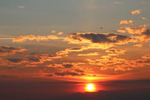 Blutrot erscheint die Sonne in Schötz. (Bild: Irene Wanner)