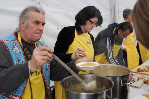 Angy Burri schöpft 2009 auf dem Luzerner Kapellplatz Suppe. Der Erlös kommt den Schweizer Tafeln zugute. (Bild: Neue LZ)