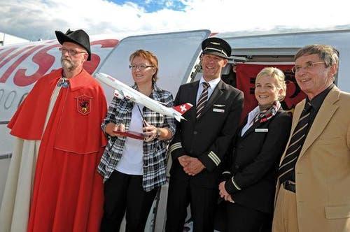 Die Stanser Gemeindepräsidentin Beatrice Richard (zweite von links) und Swiss-Verwaltungsratspräsident Bruno Gehrig (rechts). (Bild: Nadia Schärli/Neue LZ)
