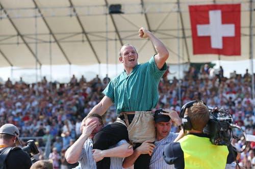 7. Juli 2013: Bruno Gisler gewinnt den Schlussgang am Innerschweizerischen Schwing- und Älplerfest auf dem Flugplatz Emmen. Der Schwing-Event zog über 10'000 Zuschauer an. (Bild: Philipp Schmidli / Neue LZ)