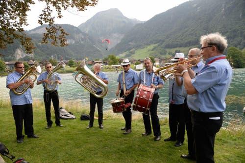 Die Bandella al dente spielt beim Apero in der Badi in Lungern. (Bild: Robert Hess / Neue OZ)