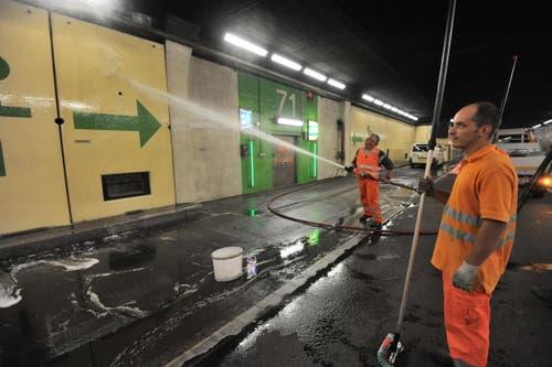 Der Gotthard-Tunnel ist während 14 Nächten jeweils von 19.30 bis 5 Uhr gesperrt. Dann werden unter anderem die Wände von Hand geputzt. (Bild: Urs Hanhart / Neue UZ)