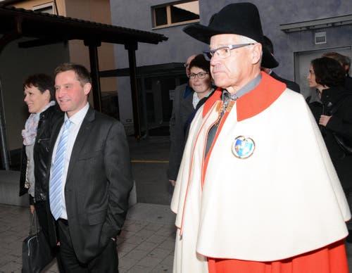 Der faire Verlierer André Windlin war beim Einzug seines Gegners in seine Gemeinde mit dabei. (Bild: Romano Cuonz / Neue NZ)