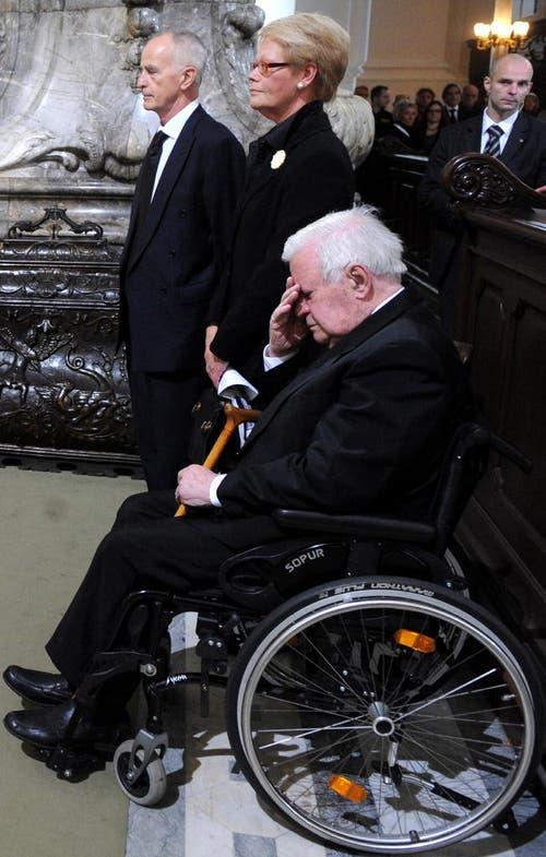 Alt-Bundeskanzler Helmut Schmidt (v.r.), seine Tochter Susanne und deren Ehemann Brian Kennedy gedenken am 1.November 2010 während der Trauerfeier in der Hauptkirche Sankt Michaelis in Hamburg der verstorbenen Loki Schmidt. (Bild: Keystone)