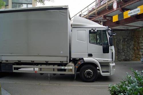Ein 52-jähriger Lastwagenchauffeur ist an der gleichen Stelle in Zug in eine Brücke gefahren. Er sei seinem Navigationsgerät gefolgt, so der fehlbare Lenker. Die Höhe bei der Gotthardstrasse ist 3,20 Meter, der Lastwagen war 3,7 Meter hoch. (Bild: Polizei)