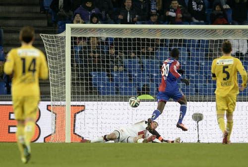 Giovanni Sio (Mitte) vom FCB scheitert an FCL-Torhüter David Zibung. (Bild: Keystone)