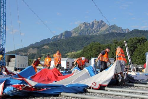 37 Knie-Arbeiter sind mit dem Zeltaufbau beschäftigt. (Bild: René Meier / Luzernerzeitung.ch)