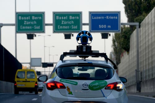 Ein Kameraauto von Google auf der A2 Richtung Norden kurz vor der Autobahn-Ausfahrt Luzern-Kriens. (Bild: Keystone / Urs Flüeler)