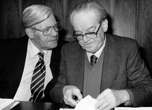 Bundeskanzler Helmut Schmidt (links) spricht mit dem SPD-Fraktionsvorsitzenden Herbert Wehner vor einer Fraktionssitzung der Sozialdemokratischen Partei in Bonn am 12. Januar 1982. (Bild: Keystone)