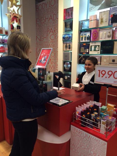 Dahlia verkauft ein in der Import Parfümerie Coop City Luzern ein Parfüm. (Bild: Jlenia Pepe)