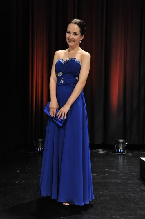 Natali Kajic, 18, Kauffrau mit Berufsmatura, Erstfeld: «Ich habe von Anfang an ein langes Kleid gewollt, und blau ist meine Lieblingsfarbe. Tagelang habe ich im Internet nach einem Kleid gesucht, mit dem Resultat bin ich jetzt sehr zufrieden. Das Kleid kommt aus Malaysia, was ich vorher aber nicht gewusst habe. Es ist ziemlich eng, zum Feiern ziehe ich mir deshalb etwas Bequemeres an. Denn eigentlich nicht kein Kleid-Typ. Nur hohe Schuhe trage ich häufig.» (Bild: Urs Hanhart / Neue UZ)