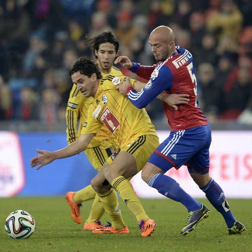 Dimitar Rangelov vom FCL (links), kämpft gegen den Basler Arlind Ajeti um den Ball. (Bild: Keystone)