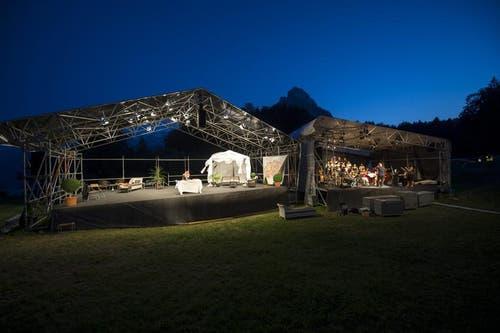 Der Chor und das Orchester, rechts, und die Bühne, links (Bild: Keystone)