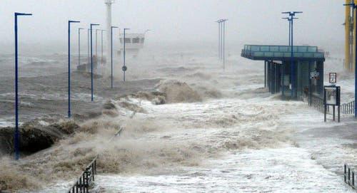 Nichts geht mehr: Der Fährenpier im deutschen Dagebüll ist komplett unter Wasser. (Bild: Keystone)