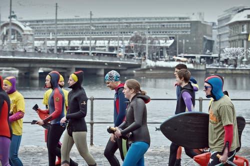 Silvesterschwimmen der SLRG Sektion Luzern. (Bild: Pius Amrein (Neue LZ))
