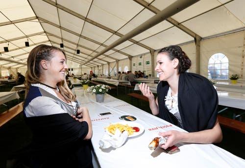 Die Ehrendamen Simone Niedermann (links) und Stephanie Zürcher genehmigen sich eine Verstärkung. (Bild: Stefan Kaiser)