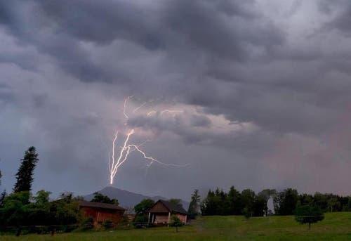 Platz 2 – 1374 Gefällt mir: Heftige Gewitter ziehen über die Zentralschweiz. Dieser Blitz schlägt gerade in die Antenne auf der Rigi ein. (Bild: Leser Beat Tschanz)
