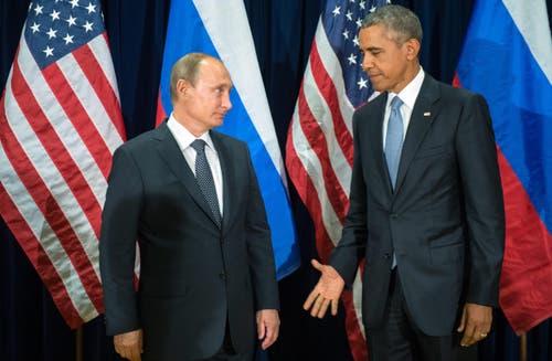 28. September: Wer besucht wen? Der russische Präsident Vladimir Putin (links) und US-Präsident Barack Obama schütteln sich die Hände lieber an einem neutralen Ort. Sie treffen sich zu einem bilateralen Gespräch am UNO-Hauptsitz in New York, am Rande der Vollversammlung zum 70-Jahr Jubiläum der UNO. (Bild: EPA / Sergei Guneyev)