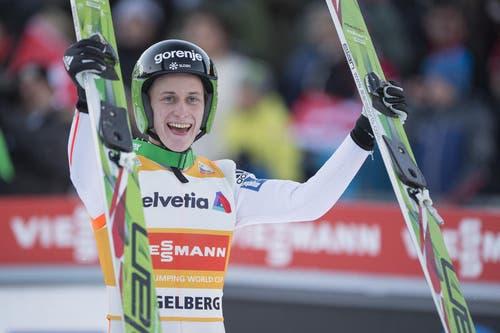 Peter Prevc aus Slowenien lässt sich für den Schanzenrekord von 142 Metern feiern. (Bild: Keystone / Urs Flüeler)