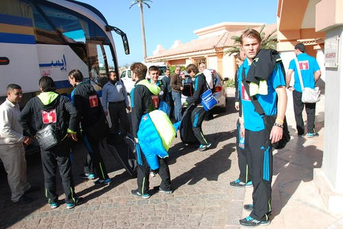 Die FCL-Profis mit Claudio Lustenberger (rechts) sind vor dem Mövenpick-Hotel in El Gouna bereit für die Fahrt zum Flughafen Hurghada. (Bild: Daniel Wyrsch / Neue LZ)