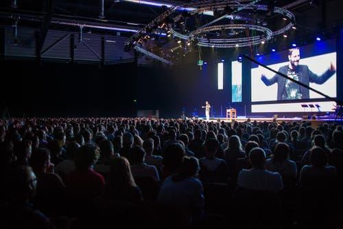 Der Initiant Andreas Boppart erklärt dem Publikum den Glauben. (Bild: Philipp Schmidli / Neue LZ)