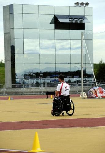 Rollstuhl-Sportler Marcel Hug vor dem neuen Zielturm in Nottwil. (Bild: Keystone)